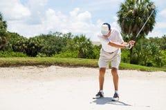 Игрок в гольф ударяя шарик от песка Стоковая Фотография RF