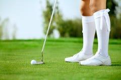 Игрок в гольф дамы кладя шар для игры в гольф стоковое изображение rf