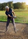 Игрок в гольф играет съемку песколовки Стоковые Изображения