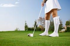 Игрок в гольф кладя шар для игры в гольф стоковое фото rf