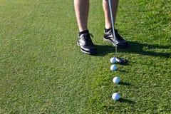 Игрок в гольф кладя шар для игры в гольф Стоковые Изображения