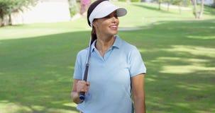 Игрок в гольф молодой женщины гуляя через курс акции видеоматериалы
