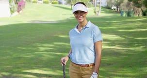 Игрок в гольф молодой женщины гуляя через курс сток-видео