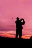 Игрок в гольф на заходе солнца Стоковая Фотография RF