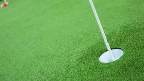 Игрок в гольф на зеленом цвете пропускает близкое удар, загоняющий мяч в лунку акции видеоматериалы