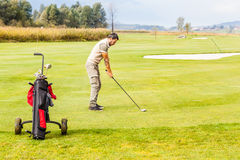Игрок в гольф на зеленом цвете Стоковое фото RF