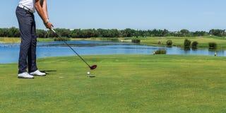 Игрок в гольф панорамы мужской ударил шарик с ручкой стоковое фото rf