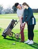 Игрок в гольф подготавливает девушек для игры Стоковое Изображение