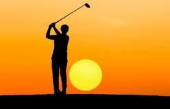 Игрок в гольф силуэта играя гольф Стоковое Фото