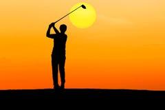 Игрок в гольф силуэта ударяя гольф Стоковое Фото