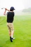 игрок в гольф с teeing Стоковое Изображение