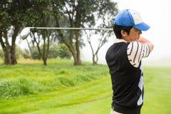 игрок в гольф с teeing Стоковое Изображение RF