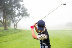 игрок в гольф с teeing Стоковые Фото
