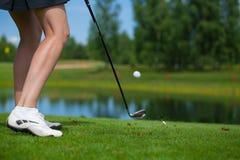Игрок в гольф ударяя съемку тройника Стоковые Изображения RF