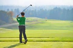 Качание игрока в гольф стоковое фото