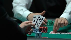 Игрок в покер имеет карточки для высотой с 10 прямой, делая более большие пари, удачливая рука акции видеоматериалы