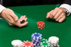 Игрок в покер с костью и обломоками на казино Стоковая Фотография RF