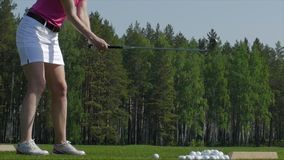 Игрок гольфа пытая первый ход в teeing области Только ноги игрока, который нужно увидеть Стоковые Фотографии RF