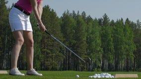 Игрок гольфа пытая первый ход в teeing области Только ноги игрока, который нужно увидеть Стоковое фото RF