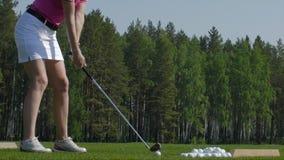 Игрок гольфа пытая первый ход в teeing области Только ноги игрока, который нужно увидеть Стоковые Изображения