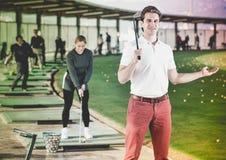Игрок гольфа человека готов насладиться игрой на поле для гольфа Стоковое Изображение