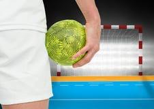 Игрок держа гандбол около цели в стадионе Стоковые Изображения RF