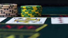 Игрок держит пари его обломоки играя покер, конец вверх, вид спереди сток-видео