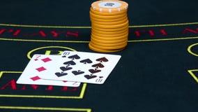 Игрок держит пари обломоки на таблице с карточками, замедленном движении покера акции видеоматериалы