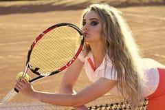 Игрок женщины с ракеткой тенниса на солнечный день Спорт, концепция игры Стоковые Изображения RF