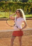 Игрок женщины с ракеткой тенниса на солнечный день Стоковые Фотографии RF