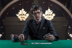 Игрок казино в стеклах играя покер Стоковые Изображения RF