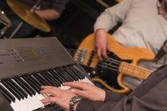 Игрок клавиатур на этапе с диапазоном стоковые фото