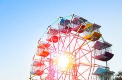 Игрок колеса Ferris потехи ягнится с голубым небом стоковая фотография