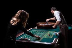Игрок крупье и женщины на таблице в казино Изображение A.C. стоковое изображение rf