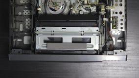Игрок магнитной ленты для видеозаписи VHS внутрь сток-видео