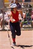 игрок низкопробной женщины первый бежит софтбол к Стоковая Фотография RF