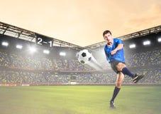 игрок пинает шарик Стоковые Фотографии RF