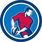 Игрок рэгби проходя круг шарика ретро Стоковые Фотографии RF