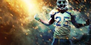 Игрок спортсмена американского футбола на стадионе бежать в действии Обои спорта с copyspace стоковое изображение