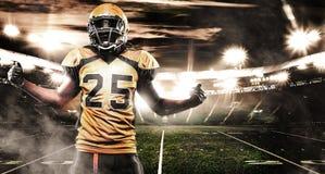 Игрок спортсмена американского футбола на стадионе Знамя и обои спорт с copyspace стоковая фотография