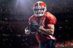 Игрок спортсмена американского футбола в стадионе стоковая фотография rf