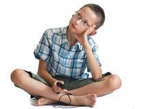 игрок телефона нот мальчика слушая Стоковая Фотография
