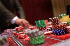 Игрок устанавливая обломоки на играя в азартные игры таблице в казино стоковое изображение rf