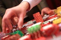 Игрок устанавливая обломоки на играя в азартные игры таблице в казино стоковые изображения