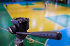 Игрок футбола defocused на поле, тренировочном поле в спортзале крытом, поле Futsal спорта футбола Стоковая Фотография RF