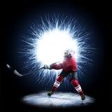 Игрок хоккея на льде катается на коньках на абстрактной предпосылке стоковые изображения rf
