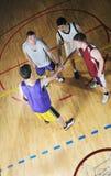 Игрок центра событий корзины на зале спорта Стоковые Фотографии RF