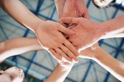 Игрок центра событий корзины на зале спорта Стоковое фото RF