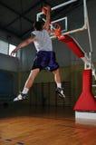 Игрок центра событий корзины на зале спорта Стоковое Фото