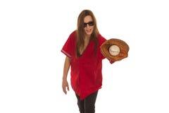 Игрок baceball девушки с перчаткой и шариком стоковые фото